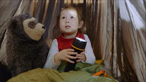 Norsk dramaserie. Telttur på kjøkkenet. Jenny blir lei seg fordi hun ikke får være med pappa på tur. Kanskje hun kan lage telt hjemme?
