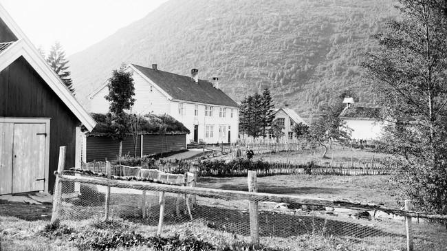 Sorenskrivargarden Leikvin i 1900. Foto: Isak Hellebust. © Fylkesarkivet.