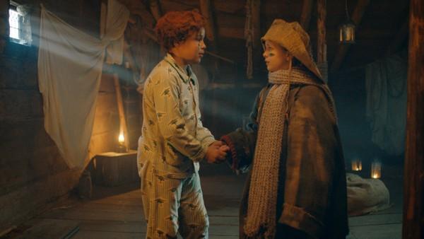 Svensk dramaserie. (16:24) Embla har funnet boken, men blir overrumplet av Rupert.