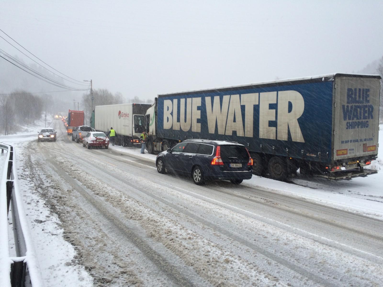 Hele tre lastebiler fikk problemer på samme sted på E39 ved Vallaheiane i Bergen.
