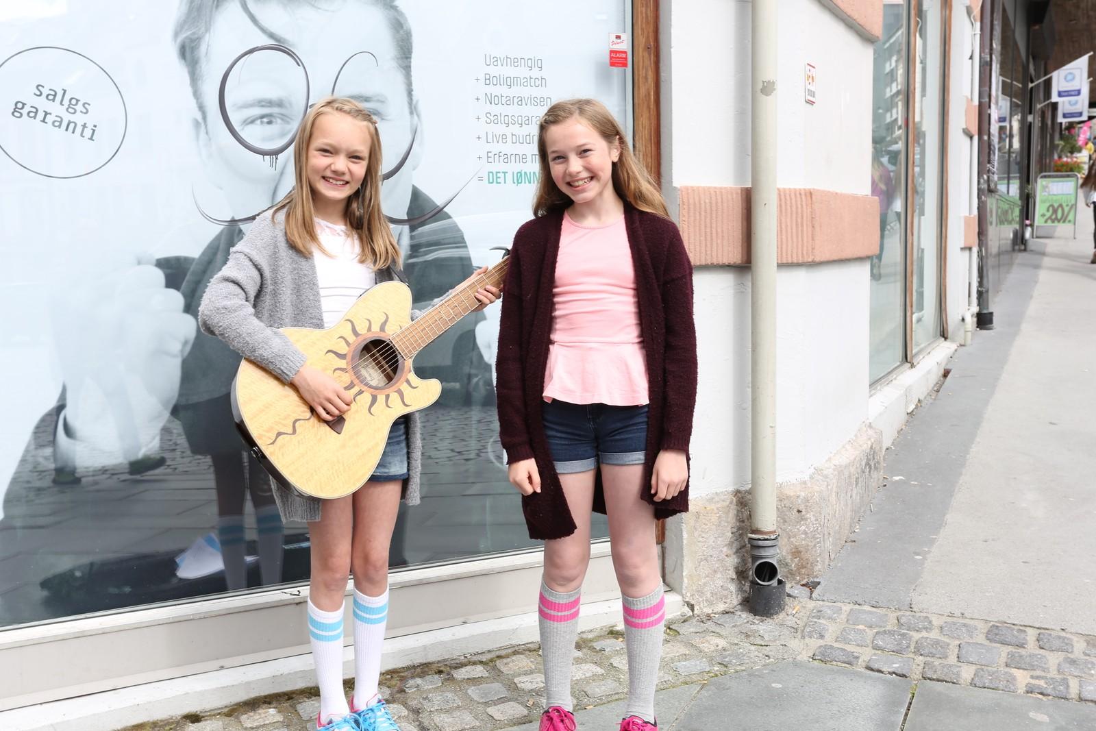 Live Marie Hanken (12) og Maiken Bratlie Vadseth (11) er gatemusikantar.