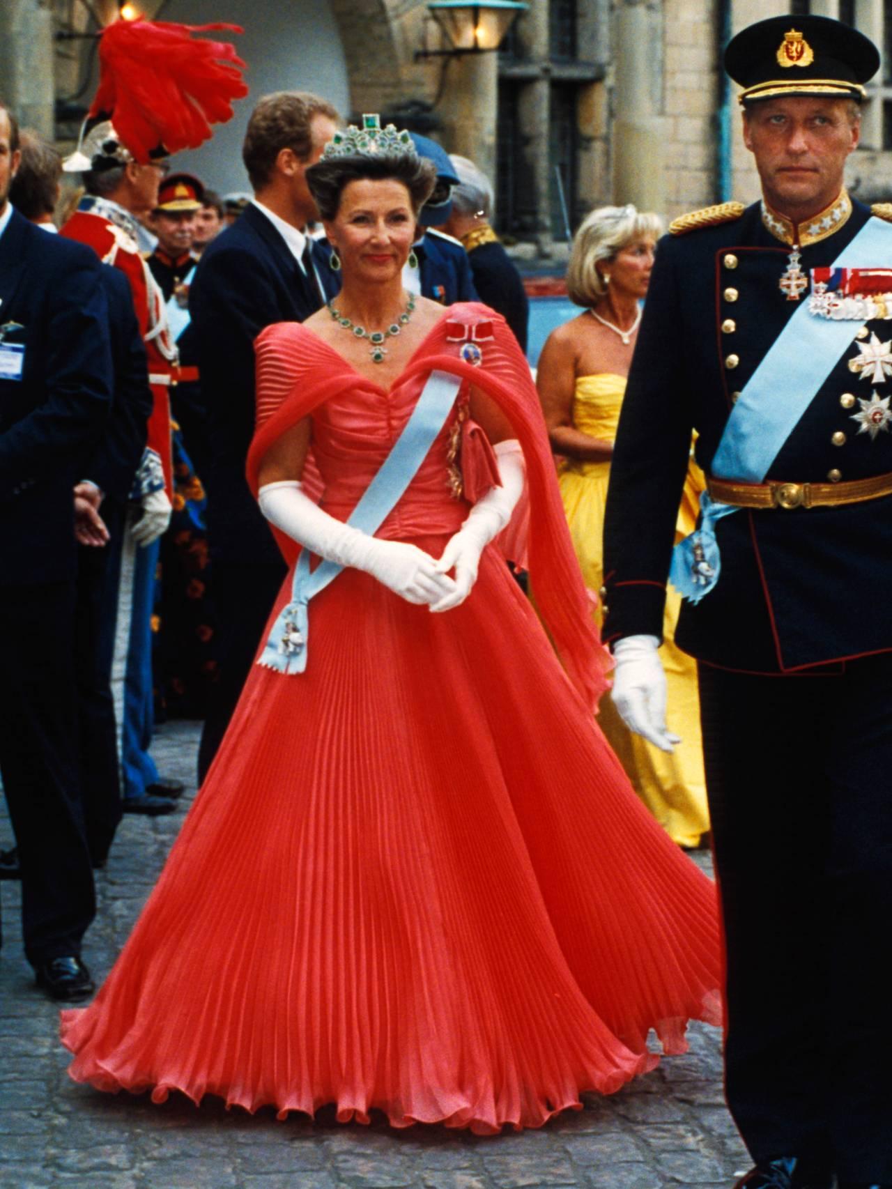 Dronning Sonja i rosa plissékjole