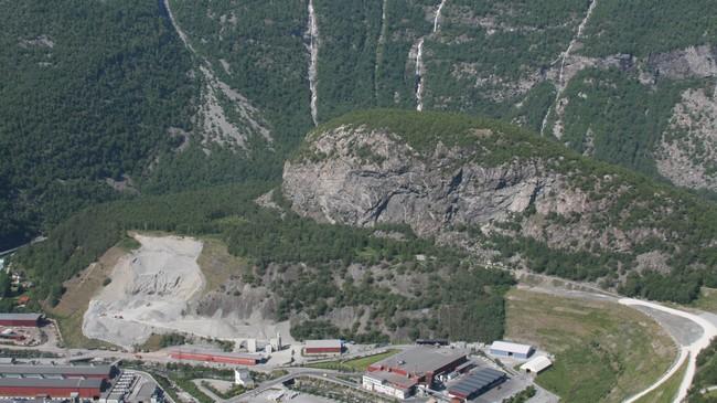 Ytre Moa sett frå vegen mot Tyin. Til høgre ser vi vegen som er bygd for å gjere området lettare tilgjengeleg. Foto: Kjell Arvid Stølen, NRK.