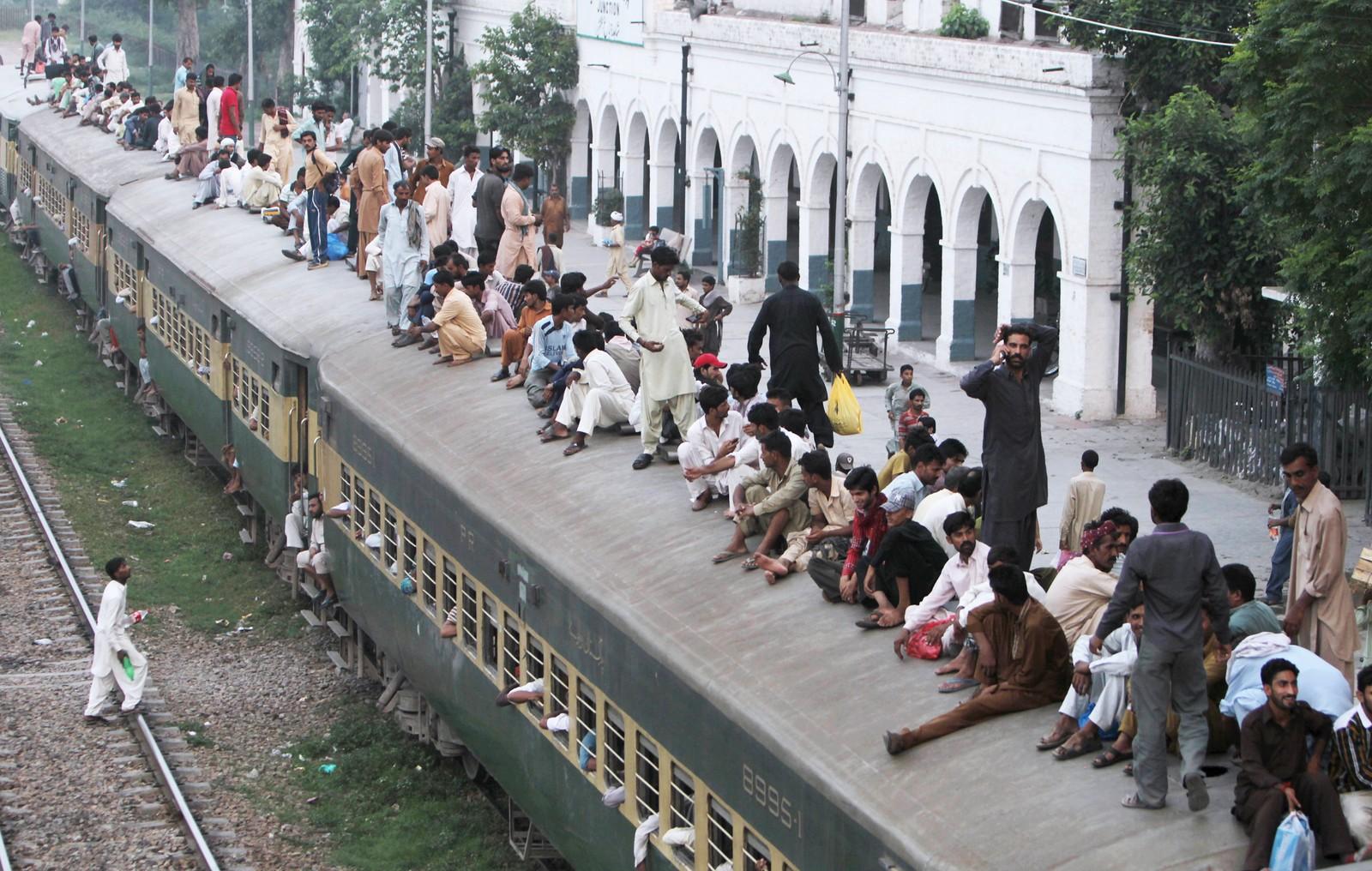 LAHORE: Overfylt tog i Pakistan hvor passasjerene skal hjem for å feire slutten på fastemåneden.