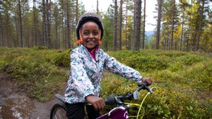 Paola likar å sykle i skogen