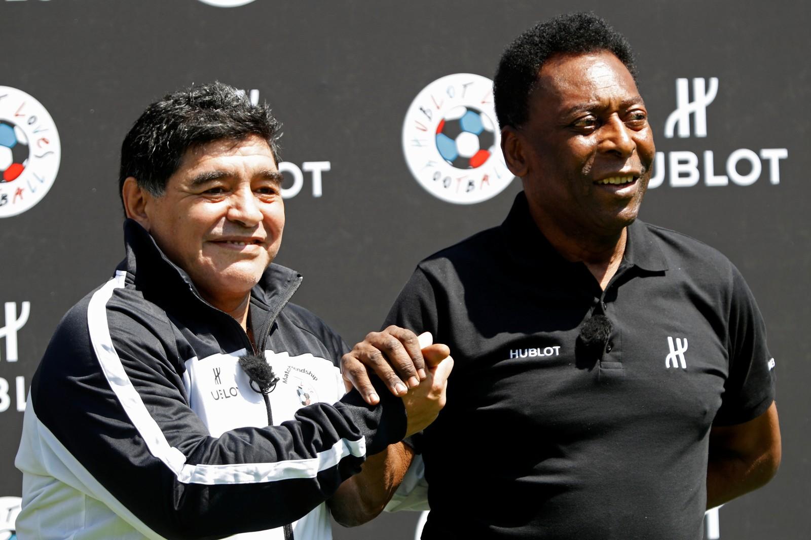 Fotballegendene Diego Maradona (t.v.) og Pelé skapte enda mer blest om fotball-EM i Frankrike da de deltok på en tilstelning i Paris torsdag.