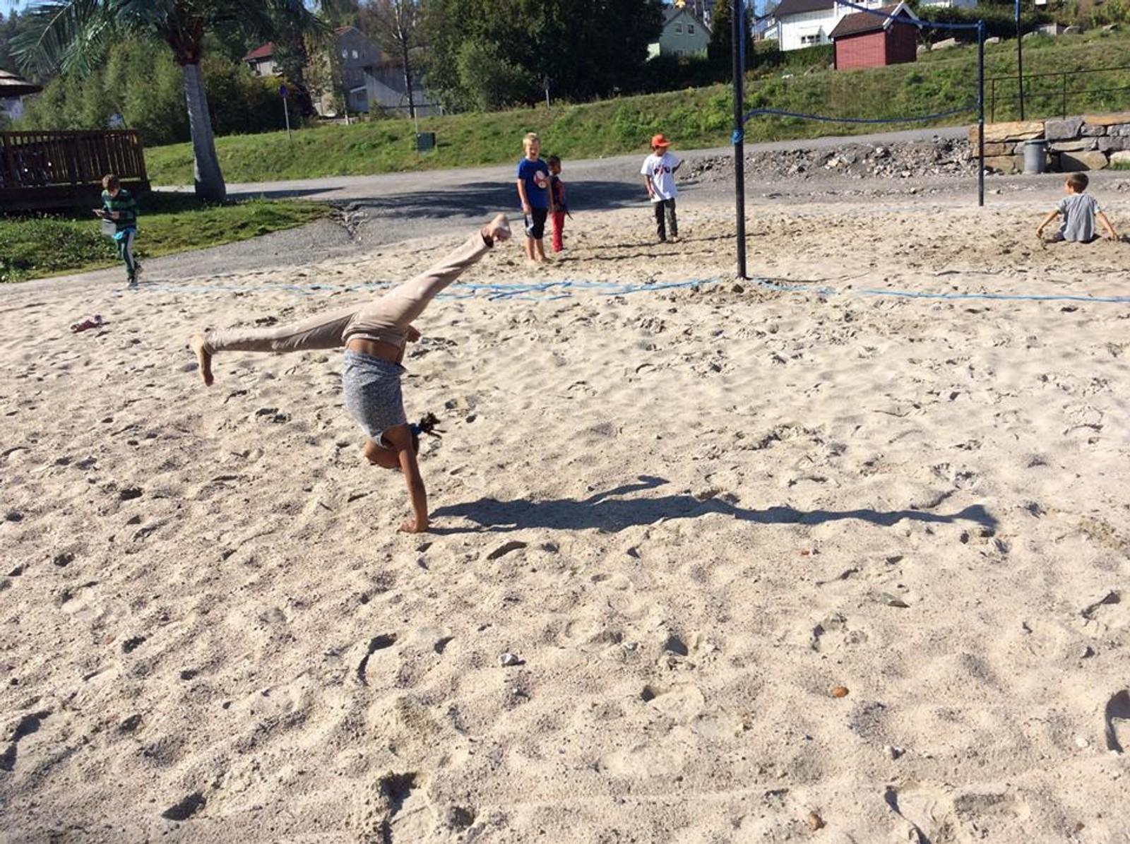 Trivsel ved Toke brygge. Aktive barn og ungdommer på sandvolleyballbanen.