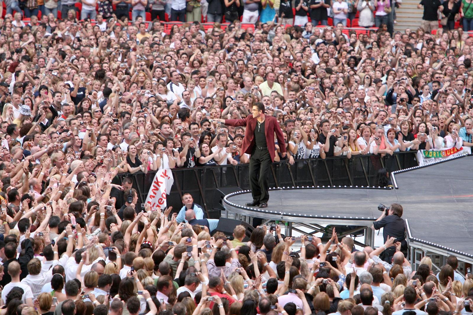 2007: George Michael på Wembley stadion i London, etter å ha turnert 41 land på sin 25-års jubileumsturne. Turneen var en enorm suksess og de over 100 konsertene ble besøkt av over to millioner fans.