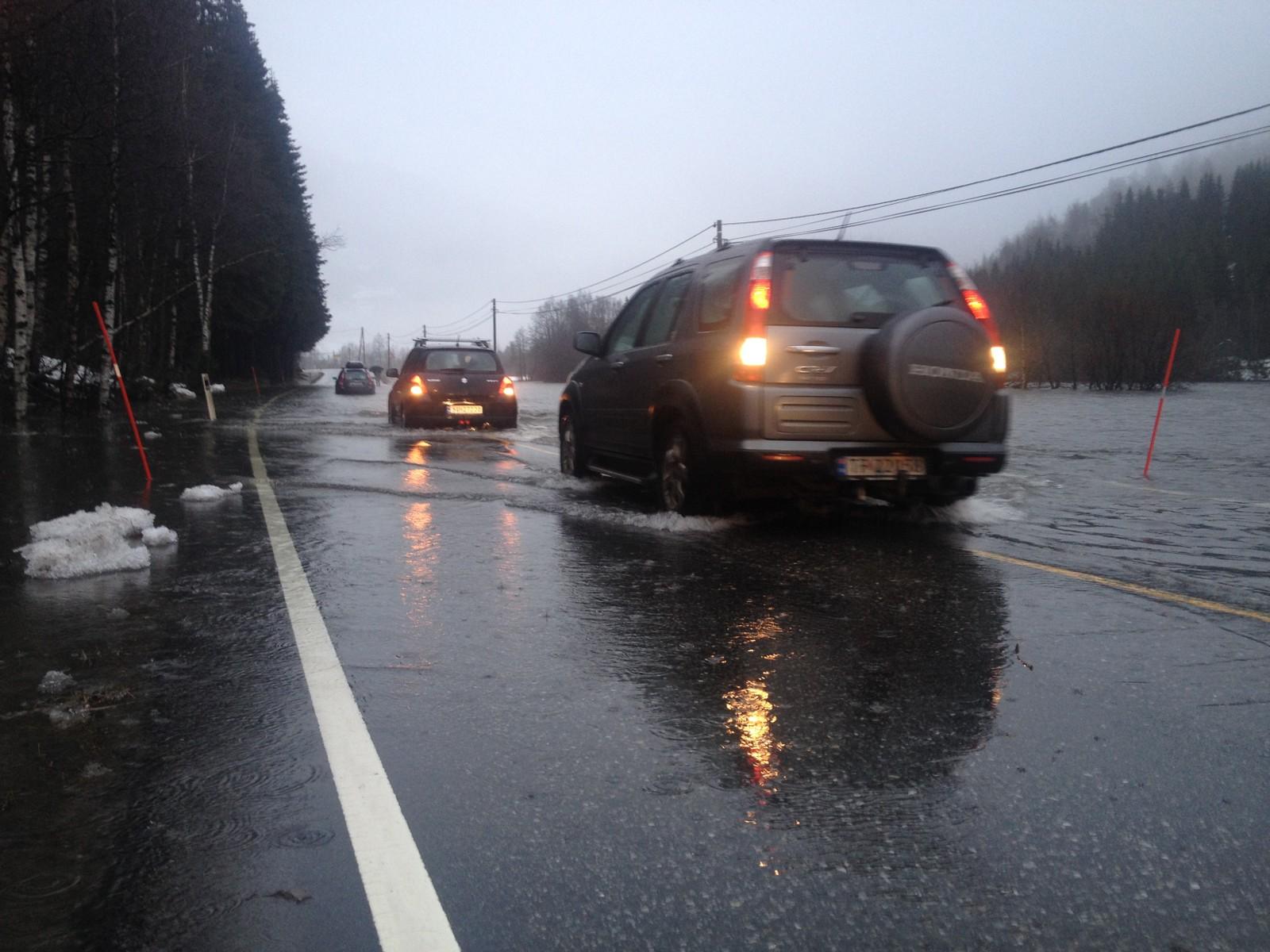 Flaum på E16 mellom Voss og Vinje. Måndag morgon er vegen framleis stengt.