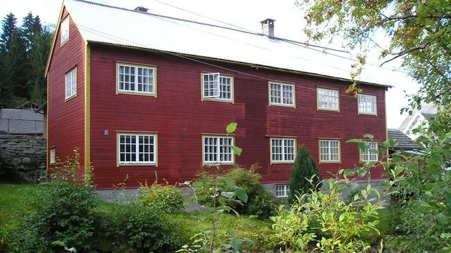 I denne bygningen dreiv Elias M. Sølvberg snikkarskule i Utvik. Foto: Bjørn Blindheim.