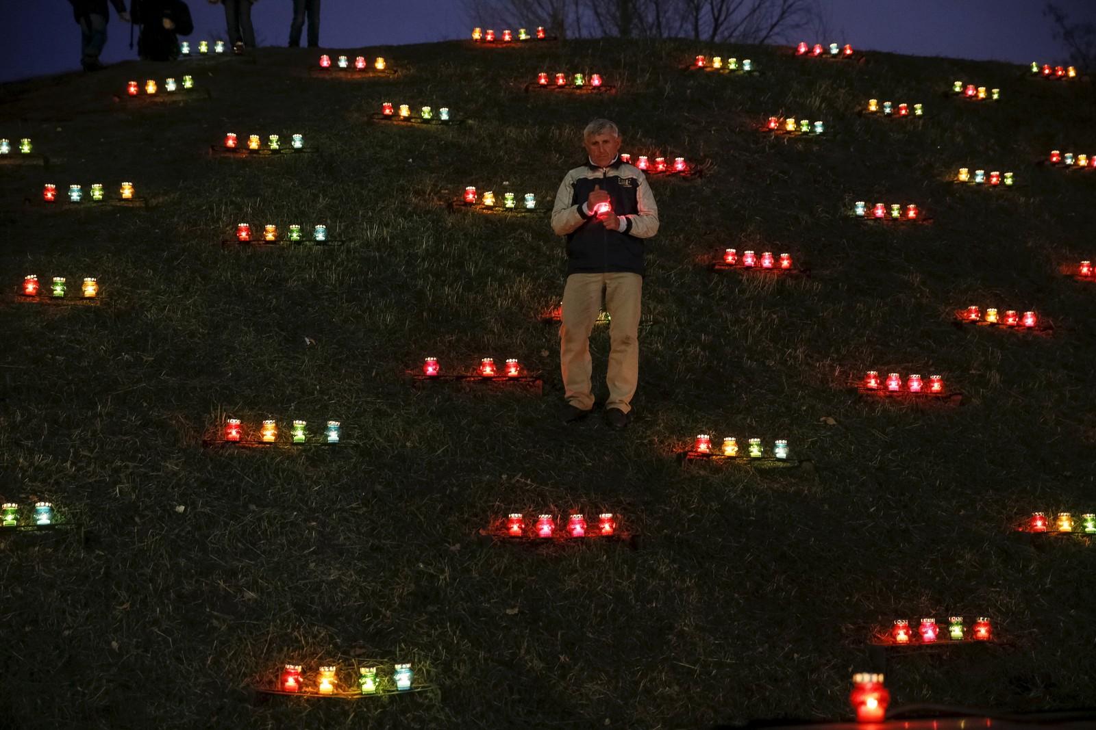 En mann minnes de millionene som døde under den store hungersnøden i Ukraina i 1932-1933. Den traumatiske hendelsen kalles Holodomor, og mannen tenner lys ved et monument til minne om de som mista livet.