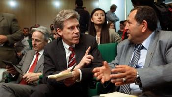 USAs nå avdøde ambassadør til Libya, Chris Stevens snakker med Suleiman Fortia (t.h.) i april 2011