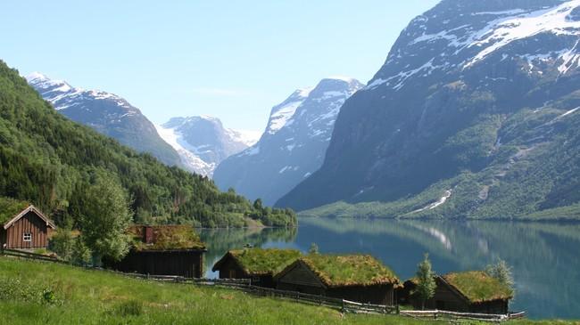 Ved Brengsetra i Lodalen er det idyllisk ein sommardag. Men til høgre kneisar den trugande profilen til Ramnefjellet, som la to livskraftige bygdelag i grus og tok livet av 136 menneske. Foto: Ottar Starheim, NRK.