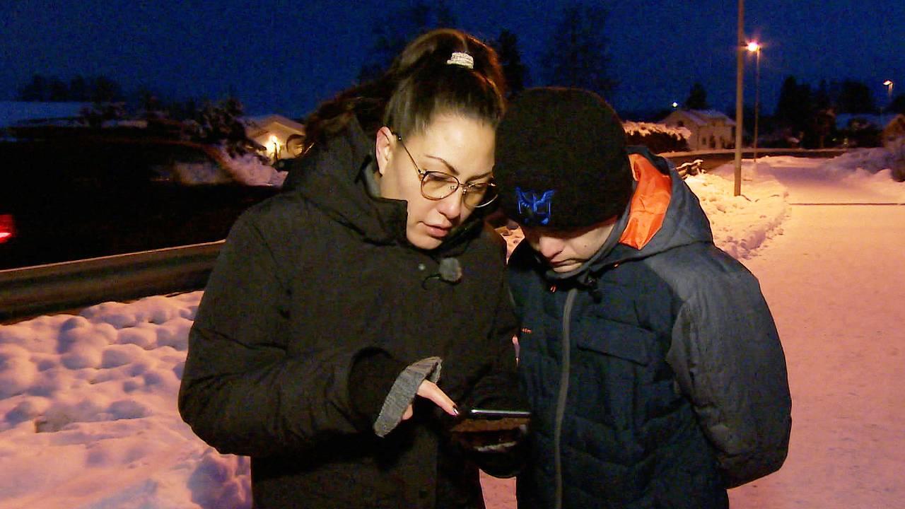 Yvonne Lauritzen Finanger viser et bilde av skredet i Gjerdrum til broren Jan Lauritzen som har Downs syndrom.