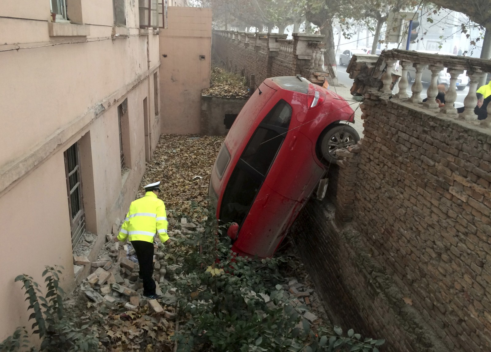 Tåke skal ha vært årsaken til at denne bilen kjørte av veien og landet med fronten ned i Xianyang, Kina, melder nyhetsbyrået Reuters. Sjåføren skal imidlertid ha kommet fra det uten nevneverdige skader.