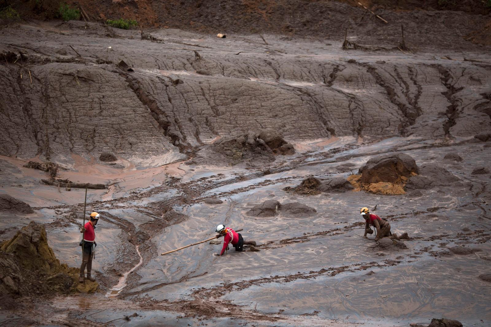Redningsmannskap leitar etter offer etter gruvebristen.