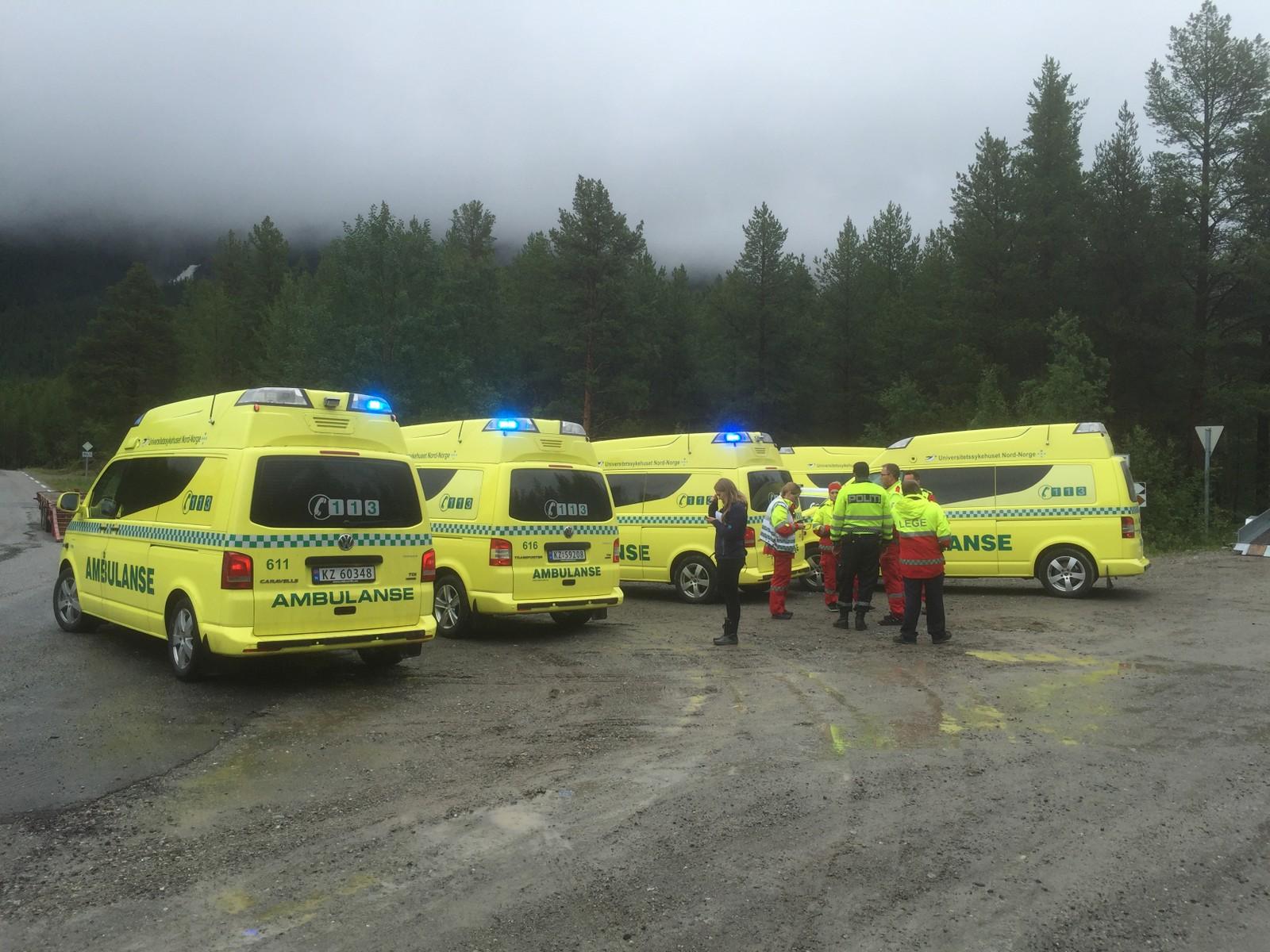Det var mange ambulanser som sto klare til å bistå.