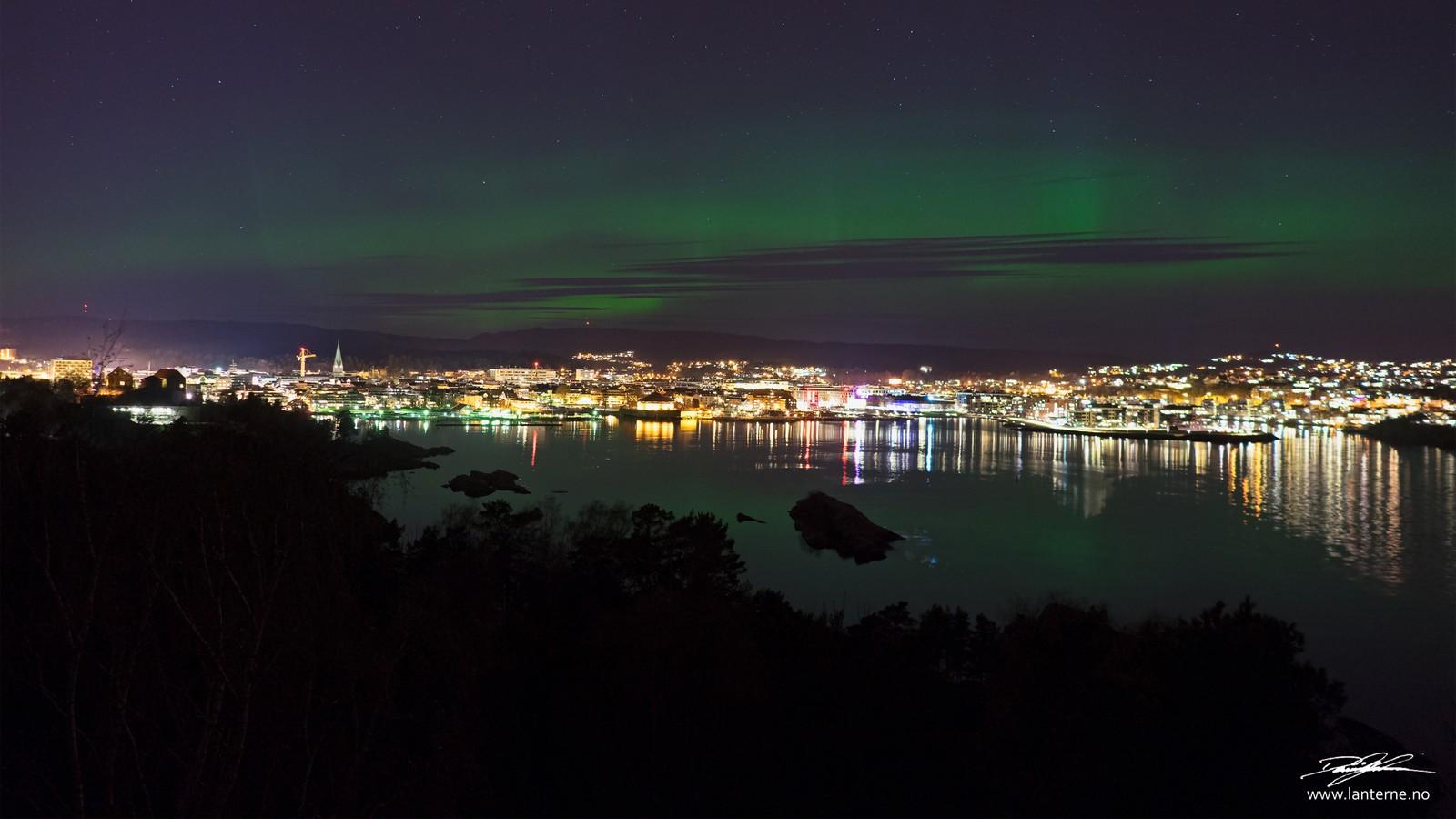 Nordlyset kunne sees godt over Kristiansand sentrum natt til tirsdag. Dette bildet er tatt fra Odderøya.