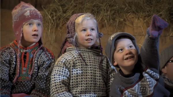 Norsk film.     Tradisjonsfortelling om Fjøsnissen og dens krumspring for å få grøt til jul.