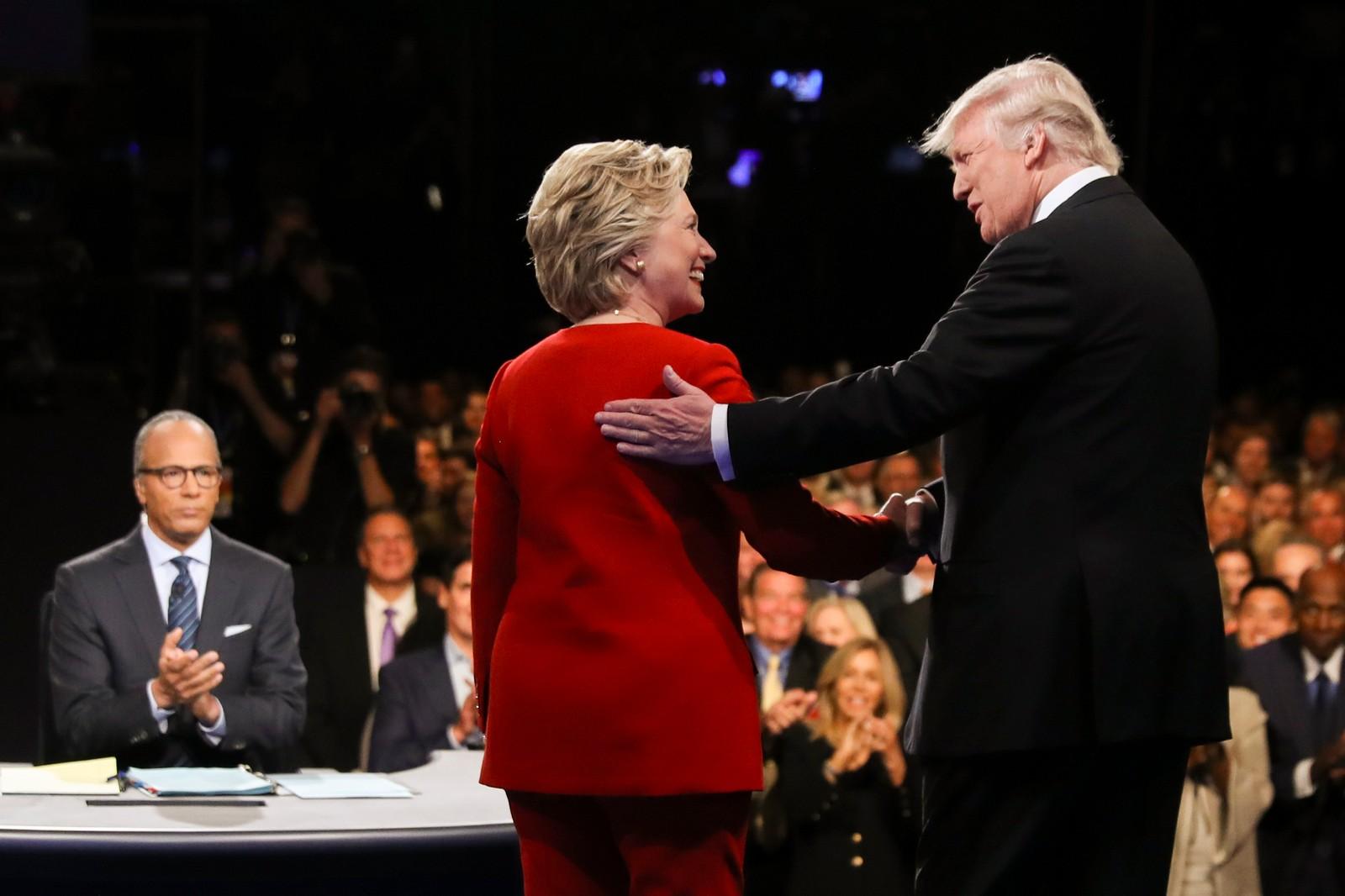Hillary Clinton og Donald Trump hilser på gemyttelig vis, i forkant av den mye omtalte debatten ved Hofstra University i Hampstead, New York.