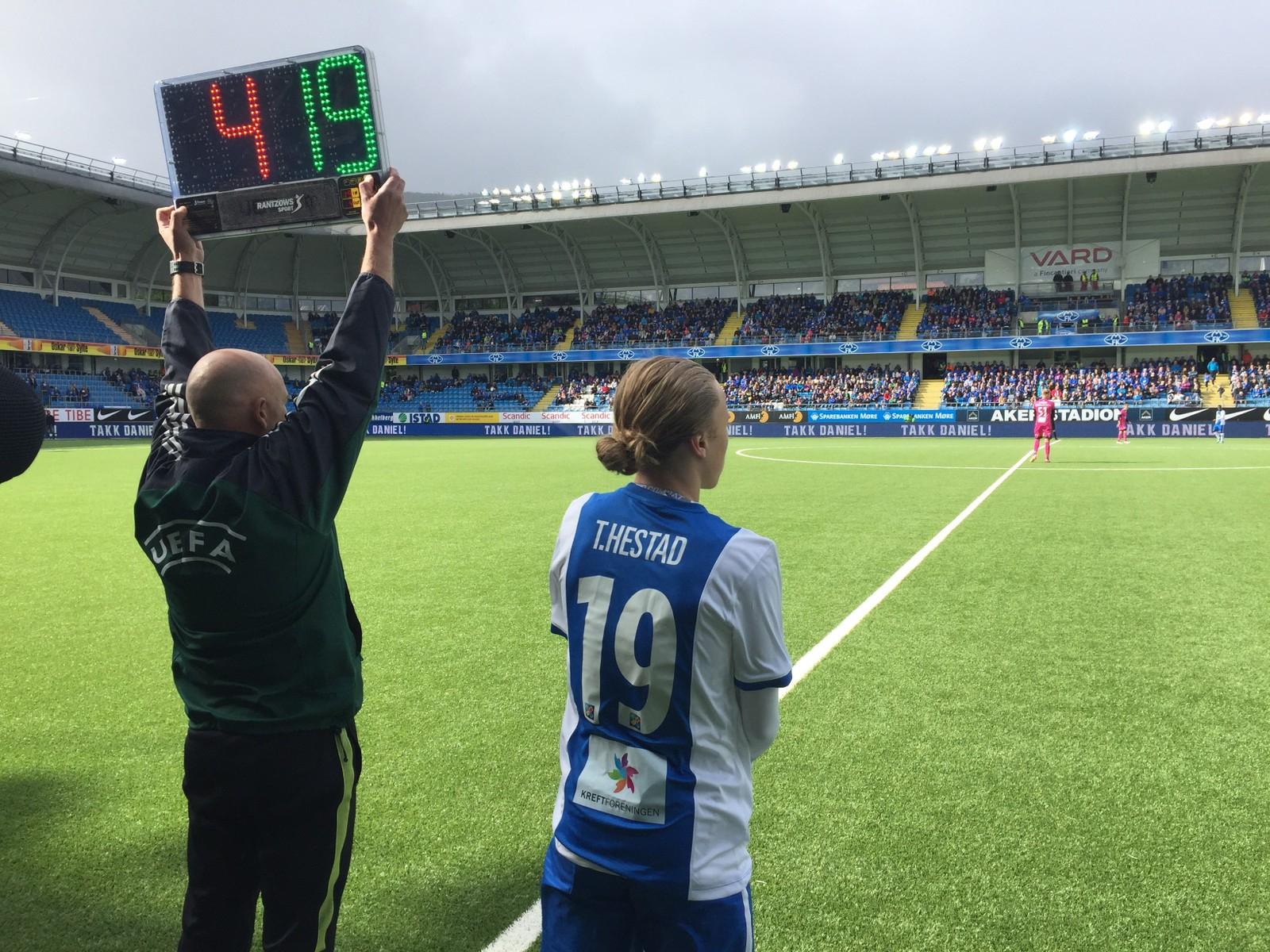 SØNN: Tobias Hestad blir byttet inn for Even Hovland.