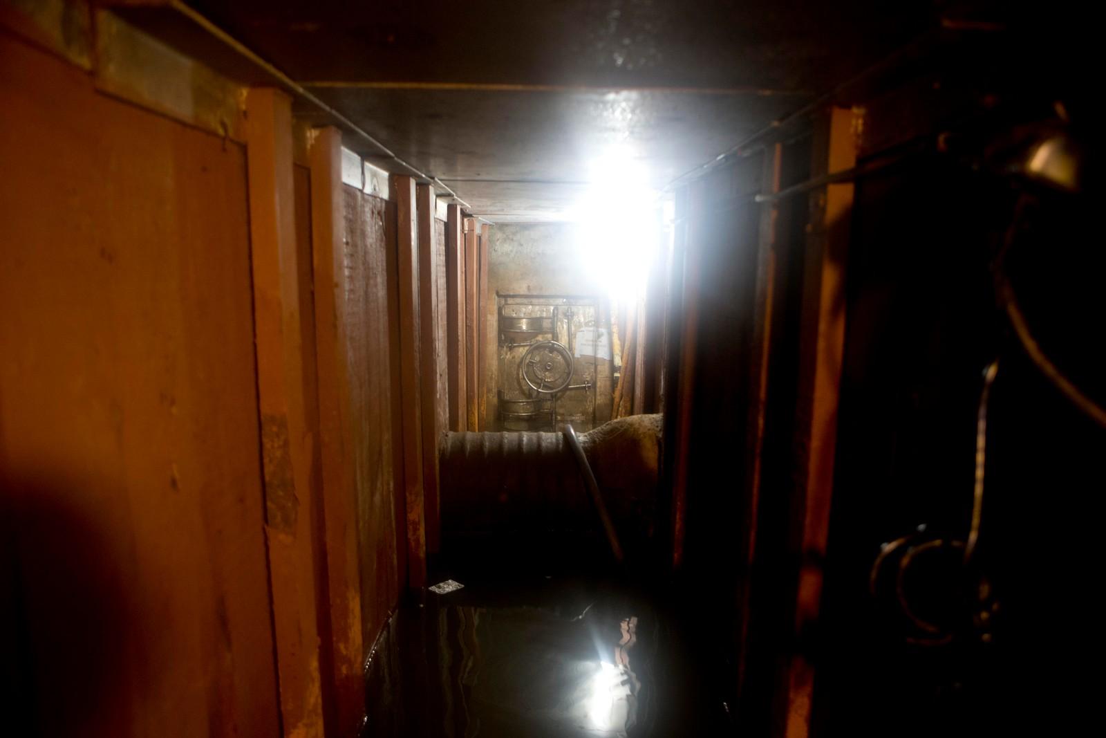 Tunnelen under huset var forseggjort, med lys, trepanel og betonggulv.
