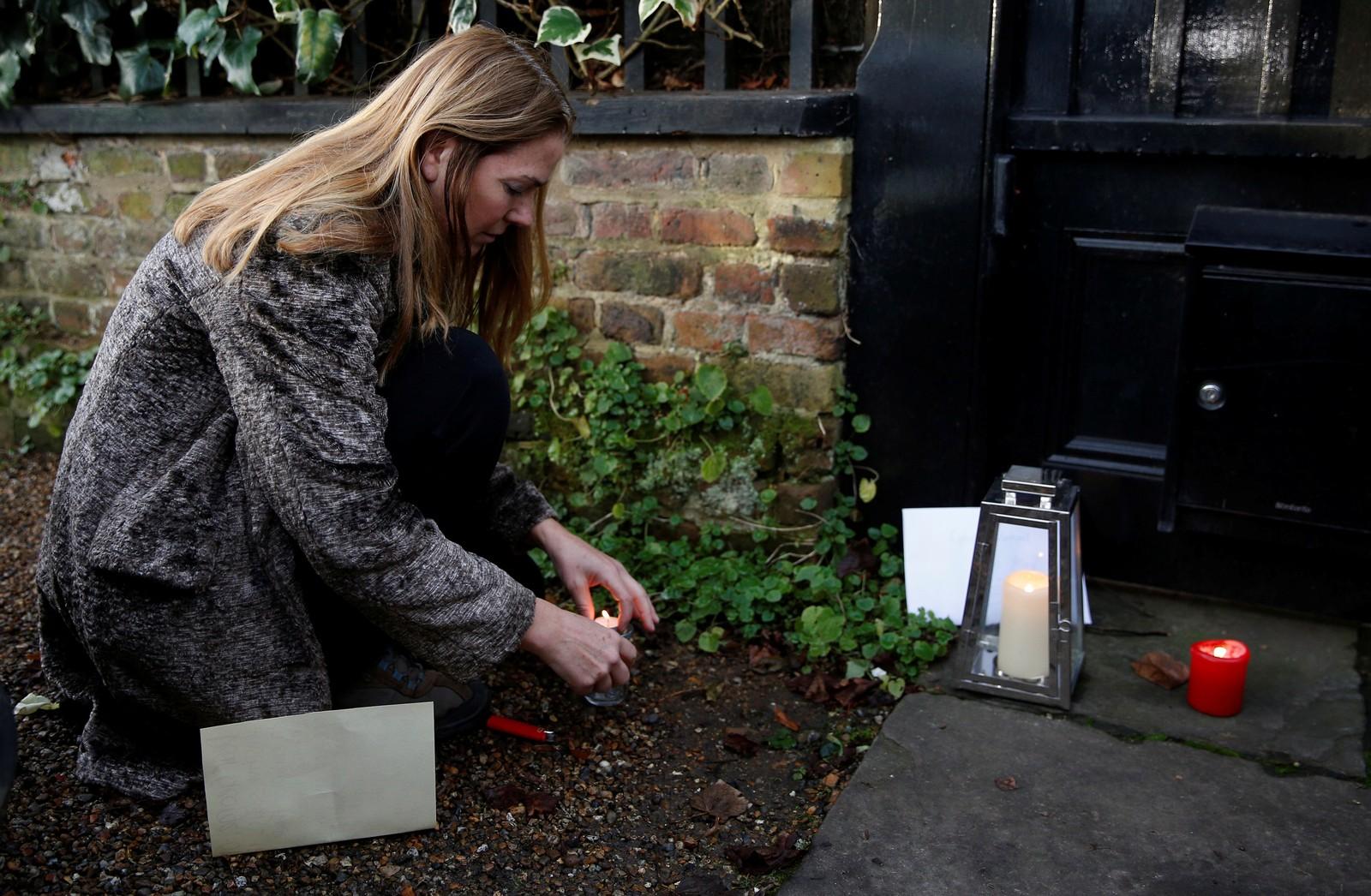 2016: En kvinne tenner lys utenfor hjemmet til George Michael i Nord-London 26. desember 2016.