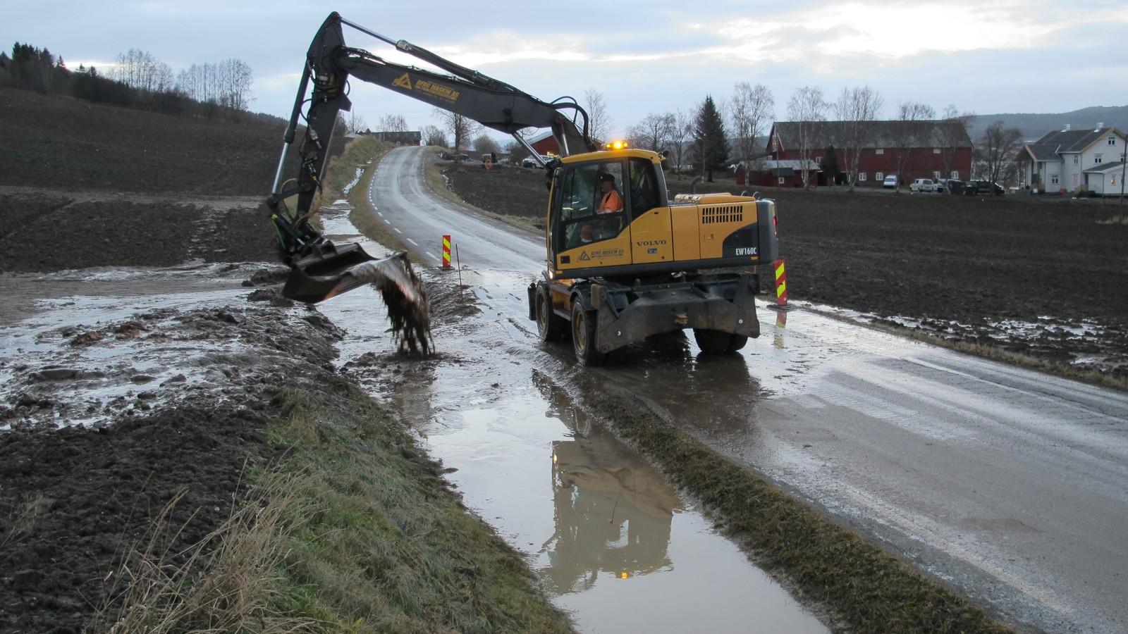 På fylkesveg 759 på Stranda i Verdal måtte man ta i bruk gravemaskin for å hindre at veien ble oversvømt