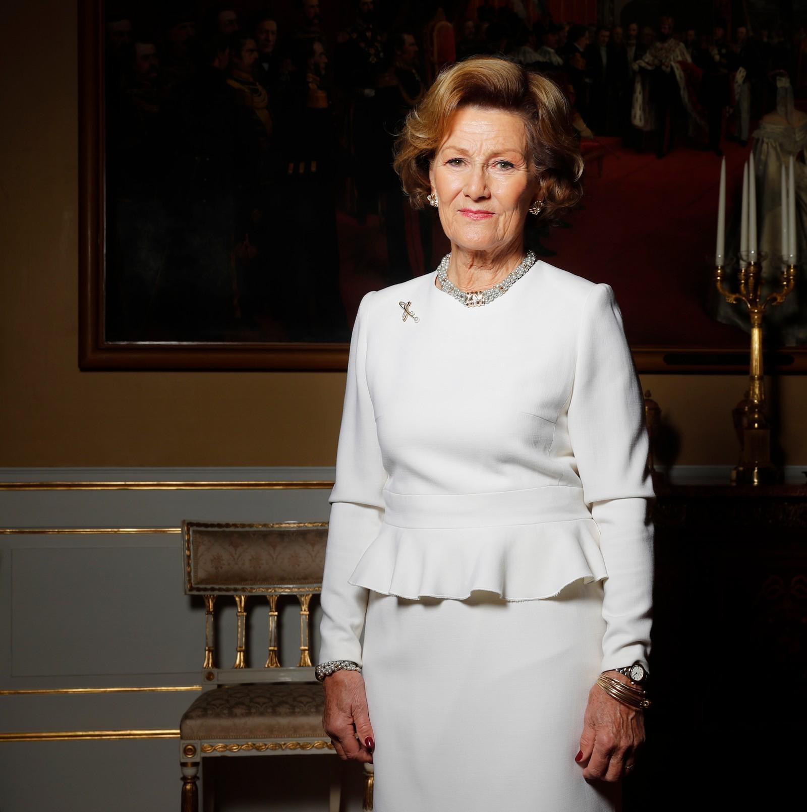 Kong Harald og dronning Sonja 80 år. Oslo 20161017. Kong Harald og dronning Sonja 80 år. I anledning kongeparets 80-års bursdager er kongefamilien fotografert i den hvite salong på Slottet i Oslo. Dronning Sonja. Foto: Lise Åserud / NTB scanpix
