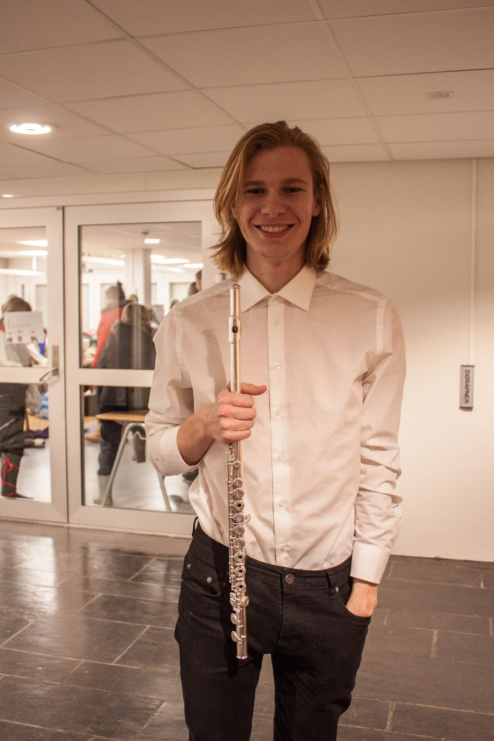 Nils Jakob Bakke Nydal spelar tverrfløyte ved Førde kulturskule og spelar under ein av songane.