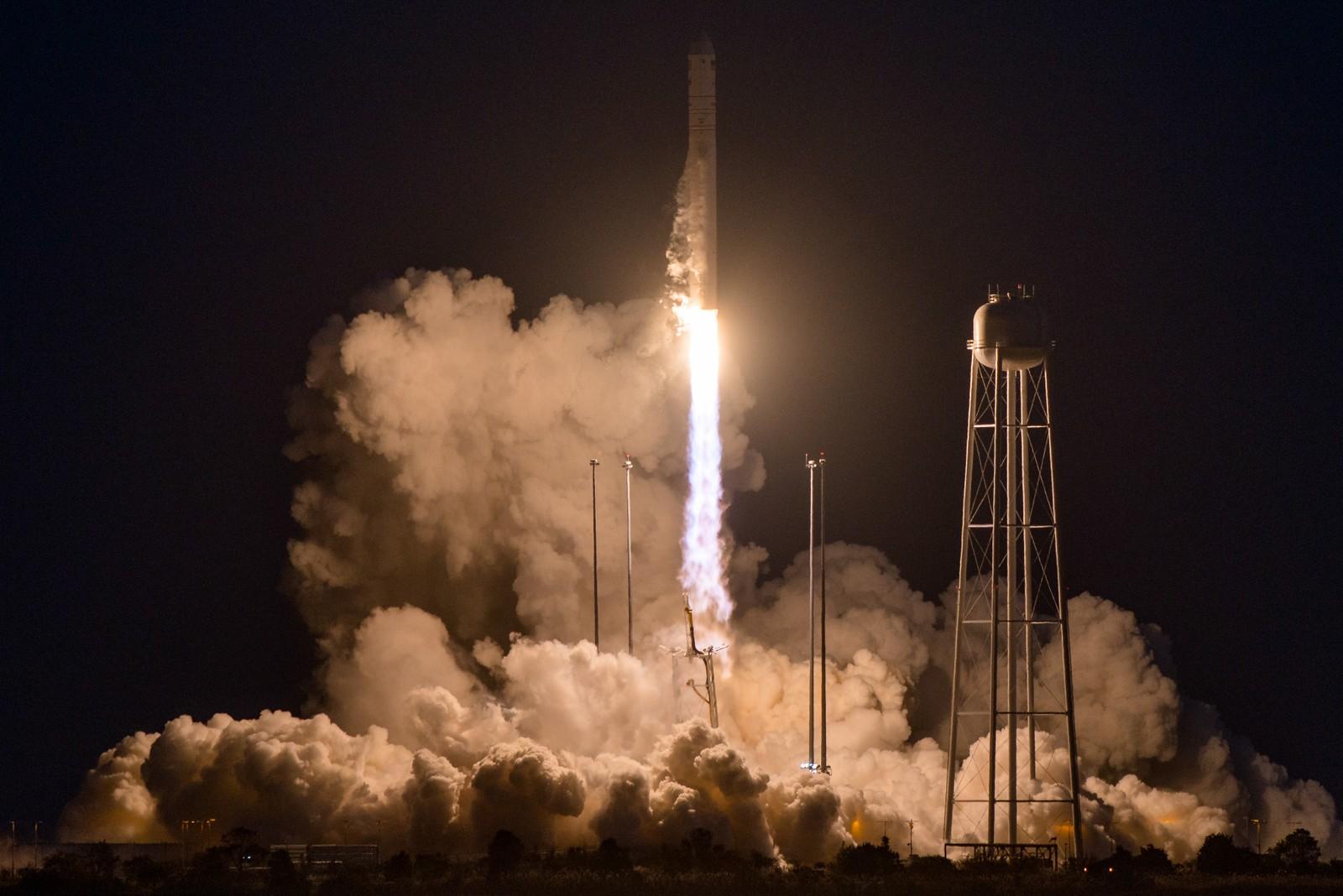 Ferden har vart i ni sekunder og raketten er i ferd med å gjennomføre en rullemanøver for å få horisontal avstand fra utskytningsrampen. Fortsatt er alt normalt.