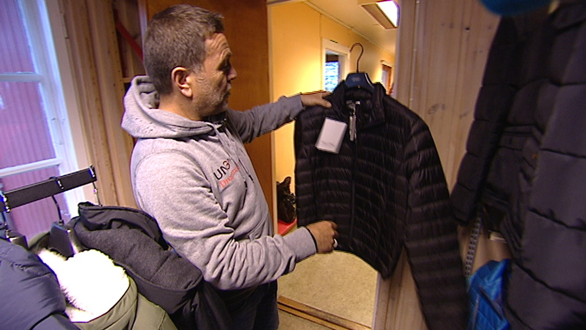 470f8a5e Gir bort klær til barnevernsbarn – Video