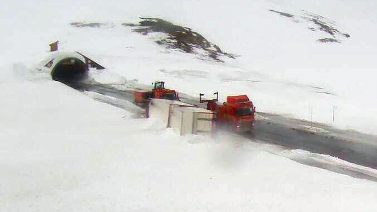 Vogntog velta i kraftig vind på riksveg 15 over Strynefjellet.