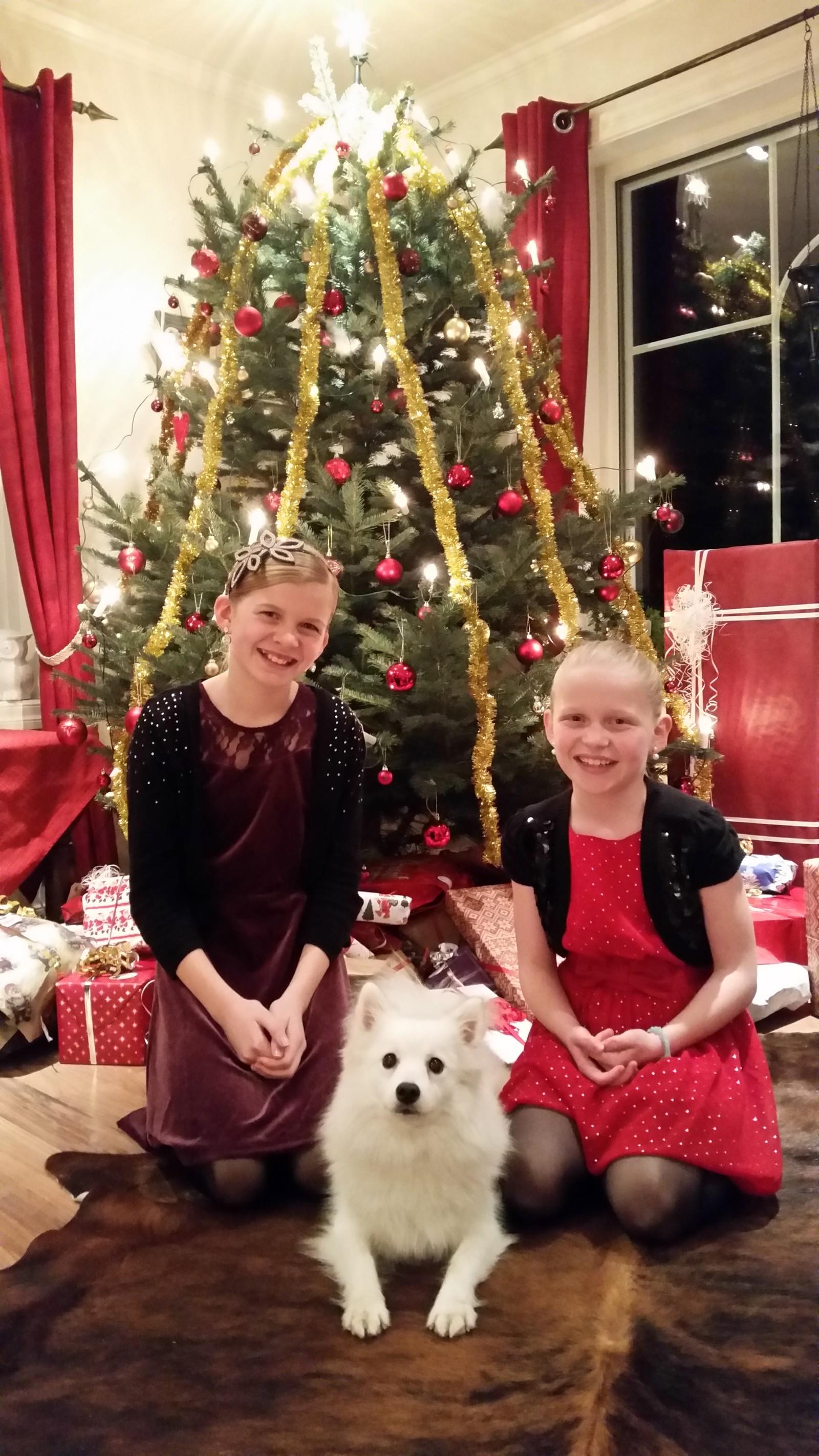 Ingrid Marie, Johanna og Sheela gledar seg til julegåvene.