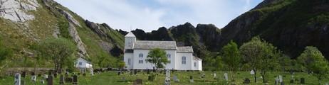 KIRKA: Nordvik kirke ligger ved fjellets fot innerst i Nordvika på Dønna. Foto: Billy Jacobsen / NRK 2009