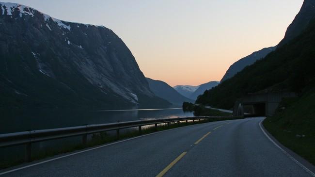 Riksveg 5 langs Kjøsnesfjorden i 2006. Vegstrekninga vi ser var svært rasutsett, og i 2009 vart vegen erstatta av Støylsnestunnelen. Foto: Ottar Starheim, NRK.