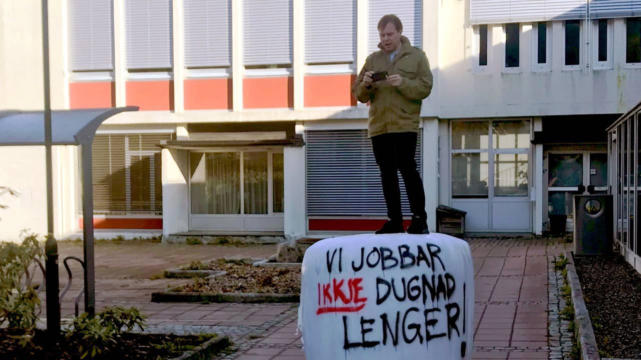 Stad-ordførar Alfred Bjørlo (V) under bondeaksjon på Nordfjordeid.