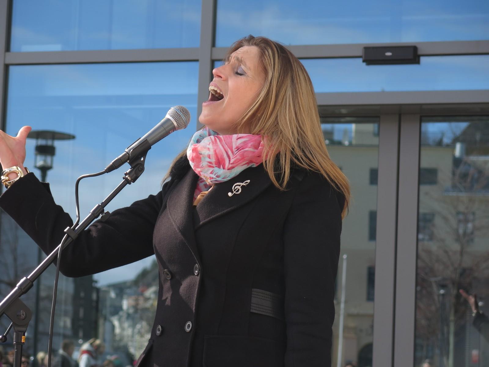 Birgitte Vik Wymer framførte songen Why change a winning team.