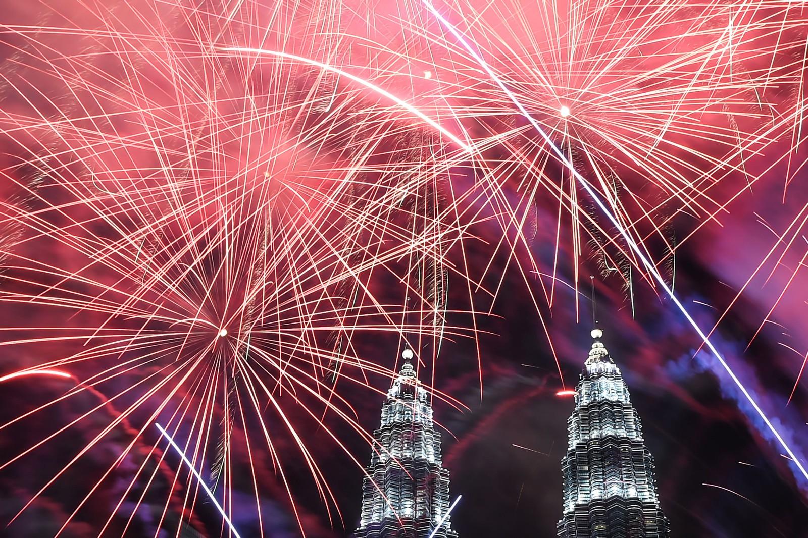 KUALA LUMPUR: Fyrverkeri over Petronas-bygningen med tvillingtårnene i Kuala Lumpur i Malaysia.