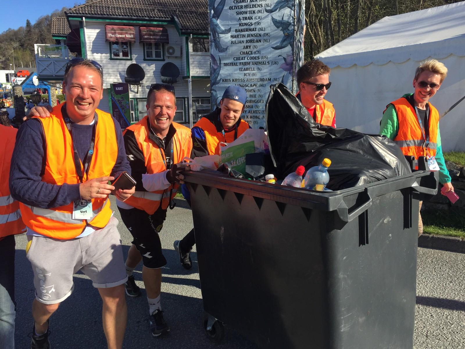 1100 frivillige legg ned 8000 dugnadstimar i løpet av Landstreff-helga. Her er Bryne FK-trenar (t.v) Ole Hjelmhaug saman med dagleg leiar i same klubb Asle Tjøtta (nummer to frå venstre) i full sving med å plukka søppel.