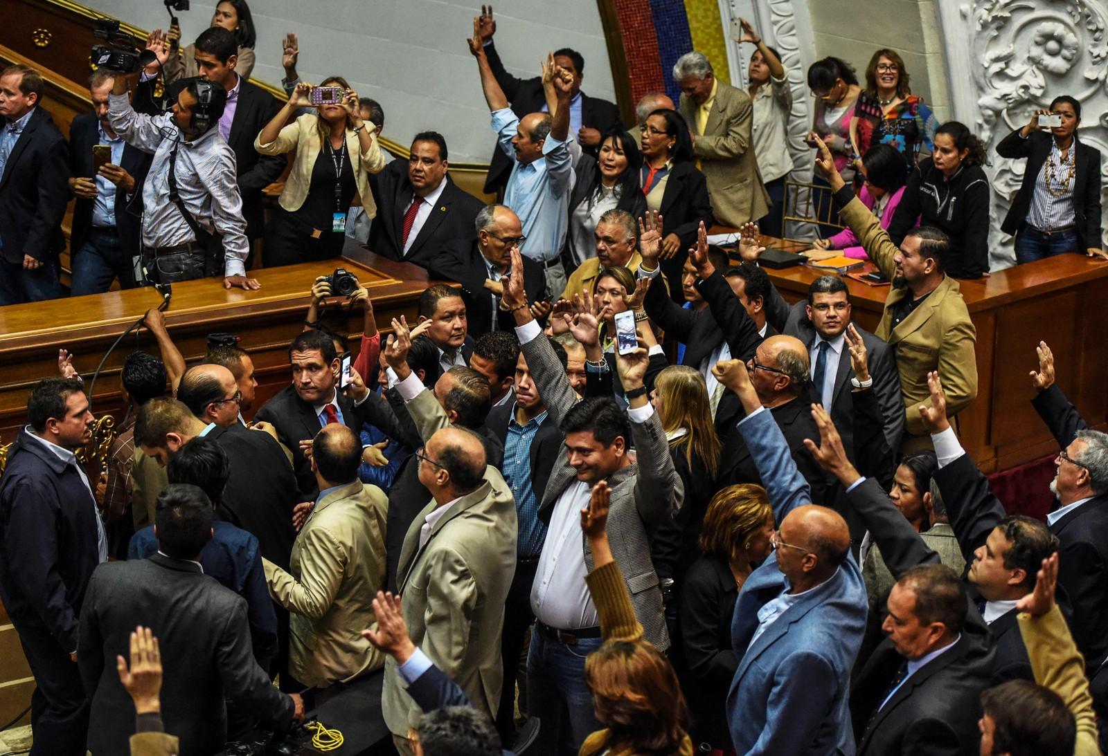 Medlemmer av opposisjonspartiene stemmer for å åpne en politisk straffesak mot sittende president Nicolas Maduro i nasjonalforsamlinga 25. oktober etter at presidenten slo ned på forsøk på å fjerne ham fra makta.