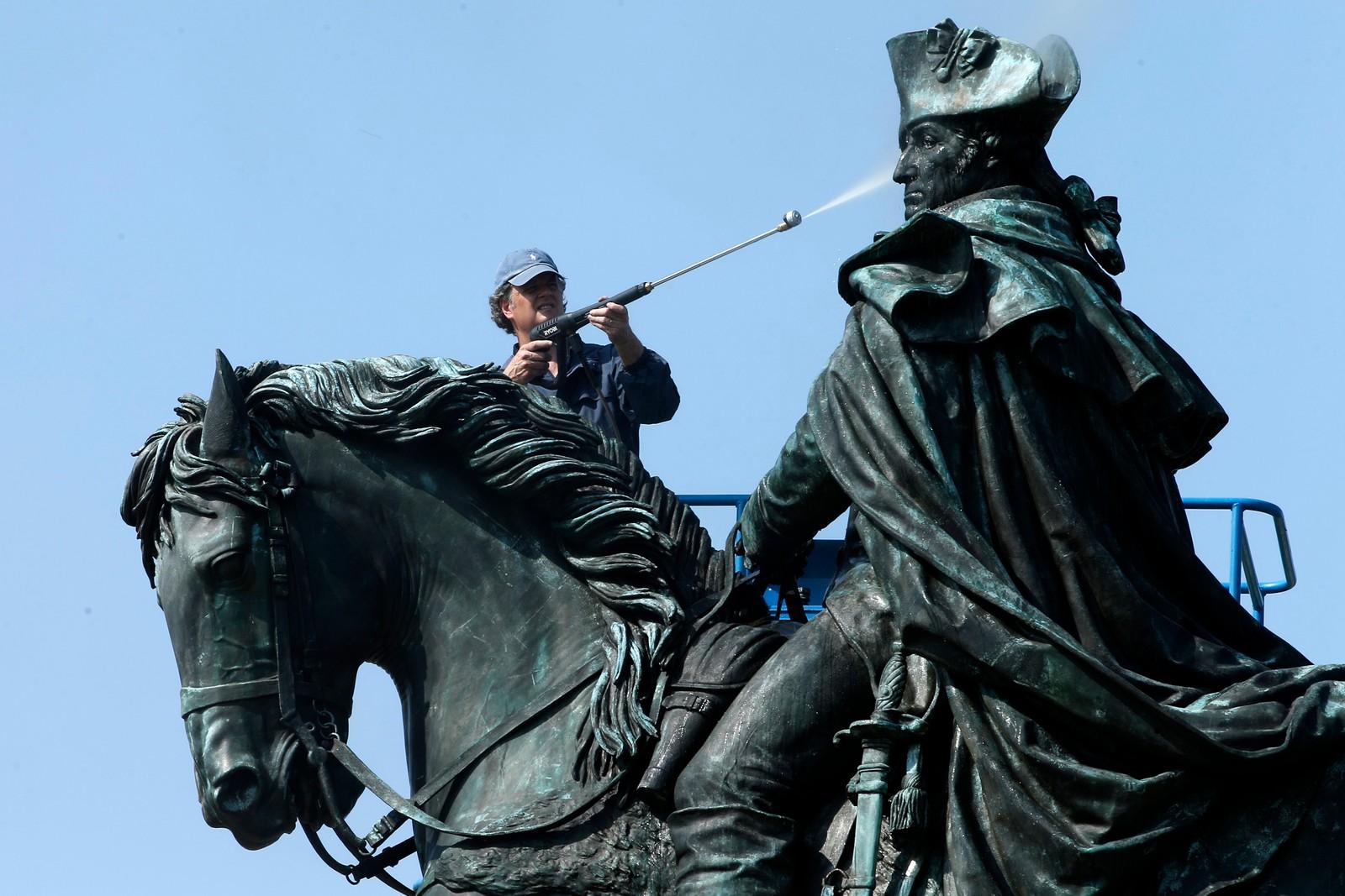 KALDDUSJ: Konservator Douglas Martenson gjorde denne uka sitt for at statuen av George Washington i Philadelphia skal kunne tåle alt fra kulde til sur nedbør enda et år.