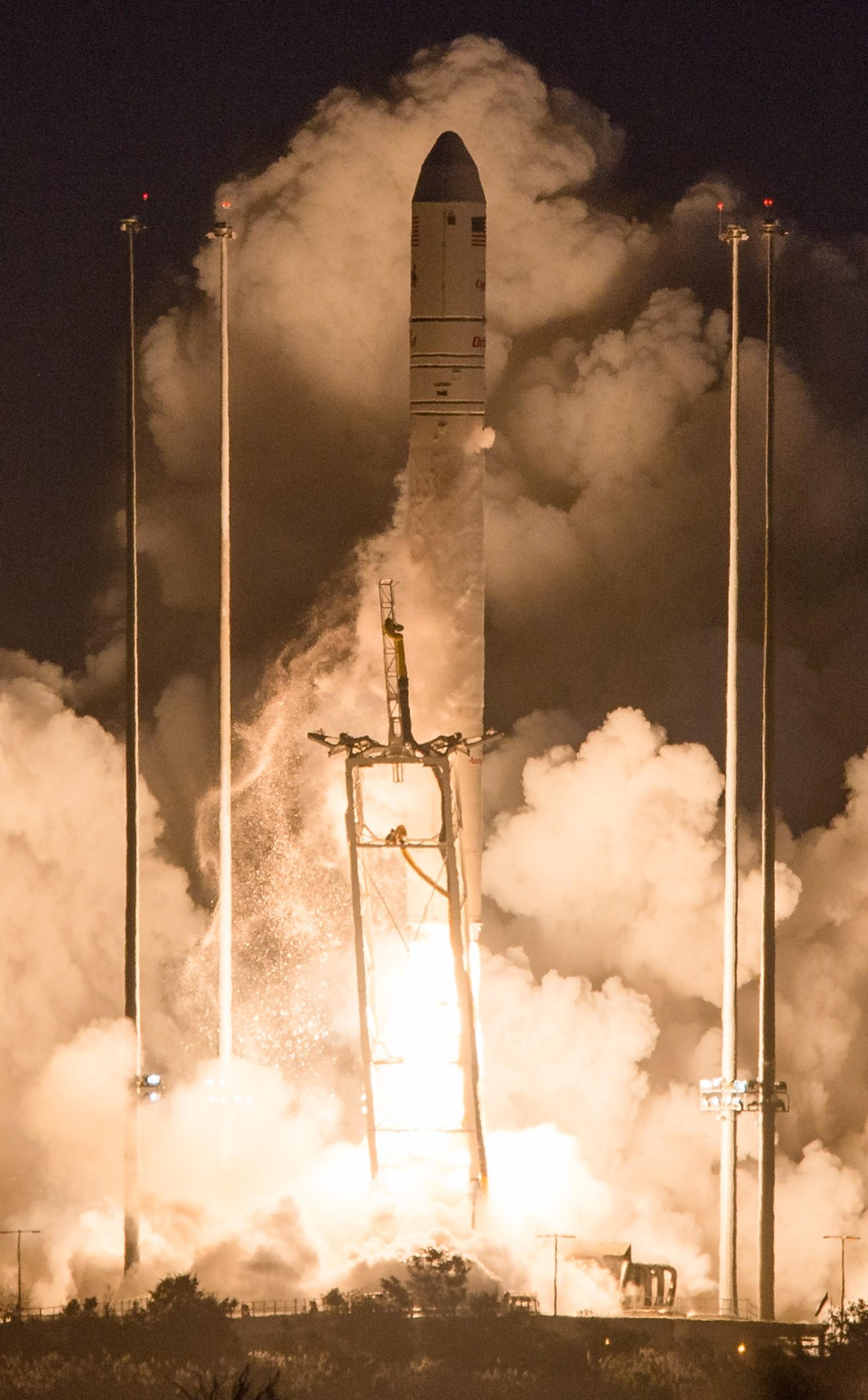 Klokken 22:22:38 UTC tenner motorene og to sekunder senere åpnes låseboltene slik at raketten kan begynne å stige opp fra utskytningsrampen.