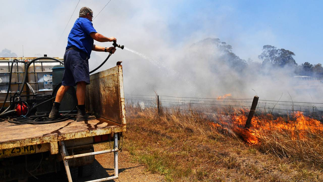 Brian Acheson har gjort om lastebilen sin til en brannbil for å bekjempe flammene nordvest for Sydney torsdag i denne uken.
