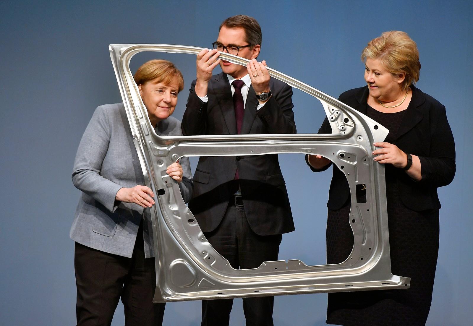 Angela Merkel, Hydro-sjef Svein Richard Brandtzæg og Erna Solberg under åpningen av et nytt Hydro-anlegg i Nordrhein-Westphalen i Tyskland. Anlegget skal produsere bildeler i lettmetall.