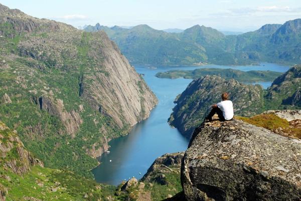 Fantastisk utsikt over majestetiske Trollfjorden fra en høyde like ved Trollfjordhytta. - Foto: Bjørn Eide