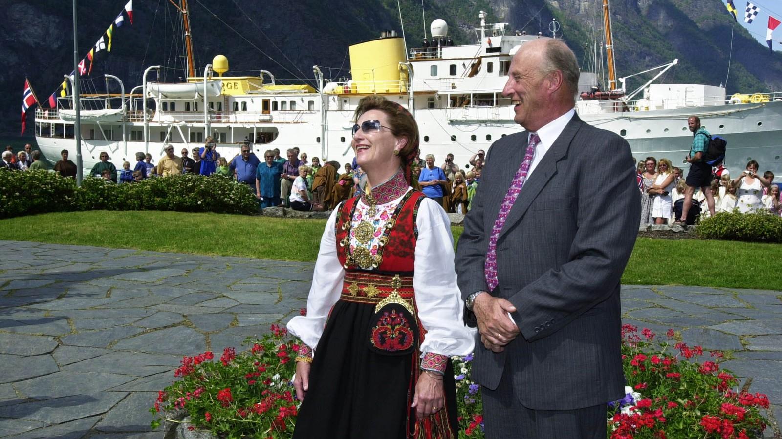 """AURLAND: 9. juni 2002 besøkte kongeparet Aurland. Her står dei på kaia på Aurlandsvangen med kongeskipet """"Norge"""" i bakgrunnen."""