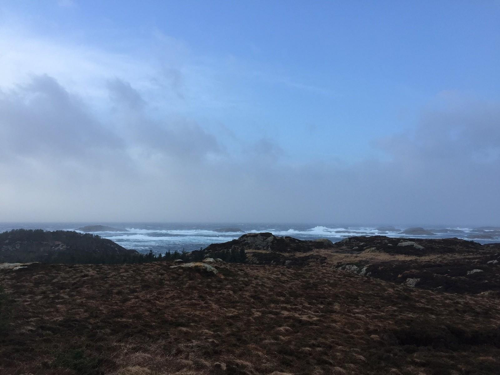 BØLGER: Ved 15:30-tida var det store bølger ved Fedje.