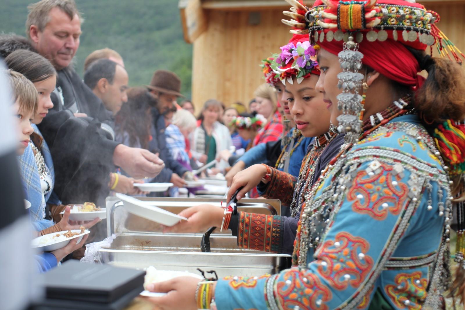 Rett etter seremonien, serverte urfolkene fra Taiwan tradisjonsmat fra deres områder. Det var en lang kø av folk som ville smake.