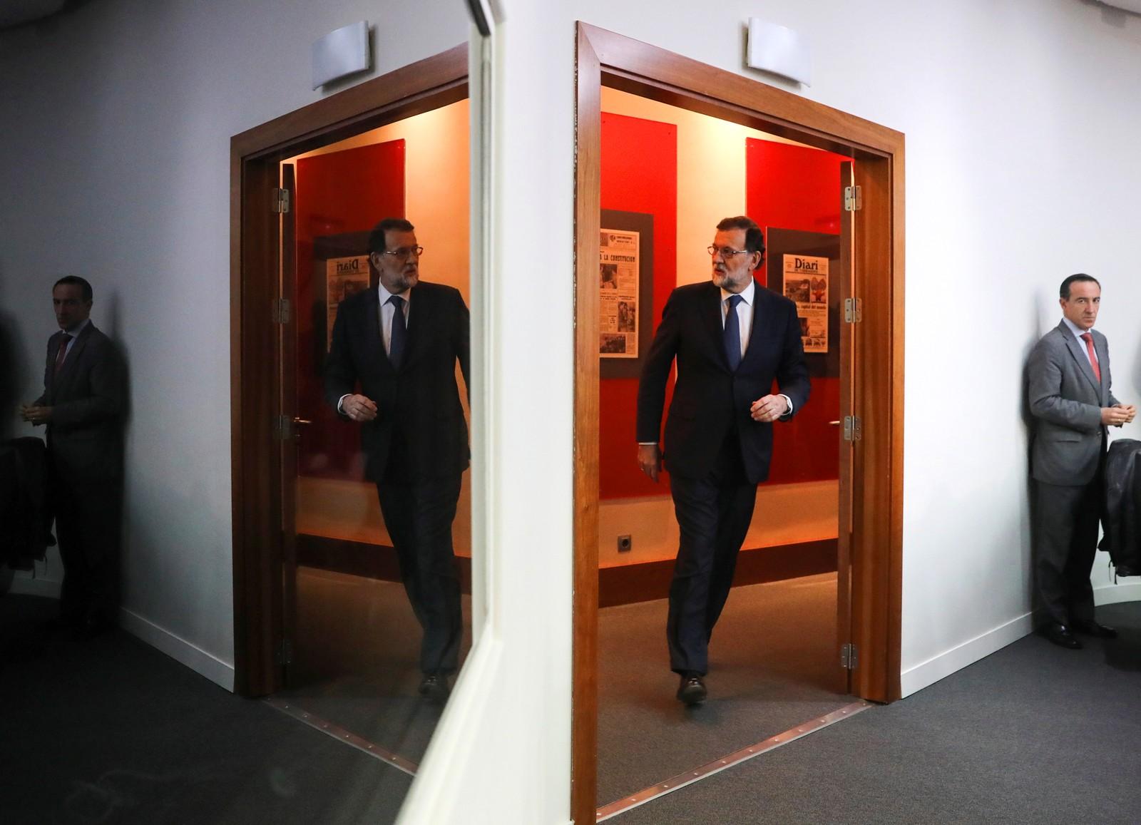 Den spanske statsministeren Mariano Rajoy møter seg selv i døra i Madrid.